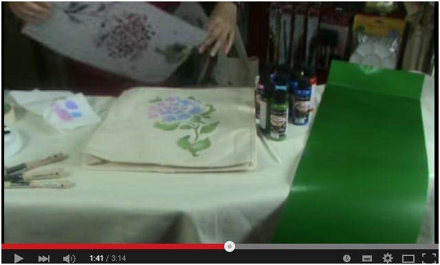 Come fare uno stencil floreale su una borsa in cotone