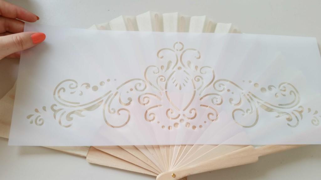 Come decorare a mano un ventaglio con lo stencil e l 39 acrilico - Decorare pareti con pittura ...