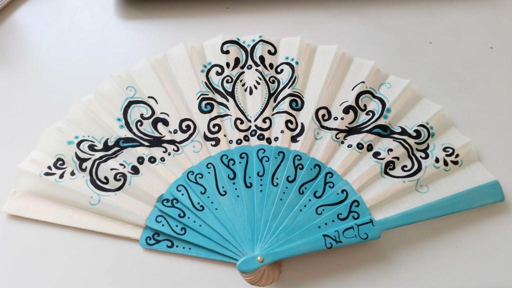 decorare un ventaglio con lo stencil e l'acrilico