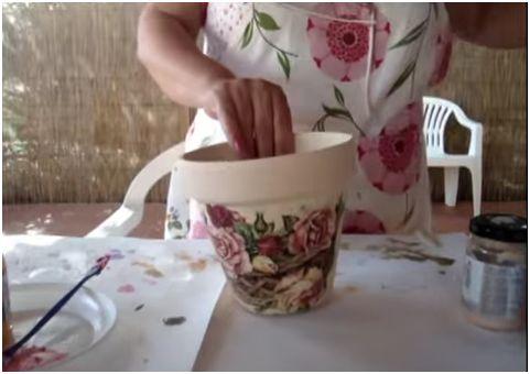 Come decorare vasi da terrazzo con colori acrilici e découpage