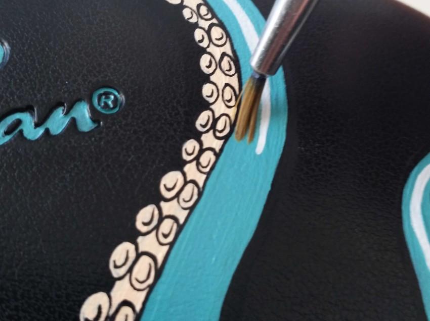 Come decorare una custodia portaocchiali con colori acrilici