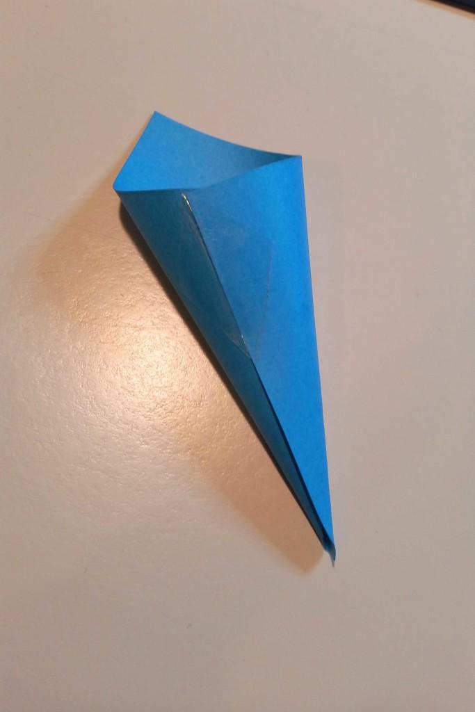 come creare un centrotavola con fiore di carta