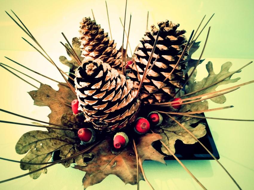 Come fare un centrotavola di Natale fai da te con foglie, aghi e ghiande