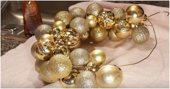 Come creare una ghirlanda di Natale con le palline dell'albero