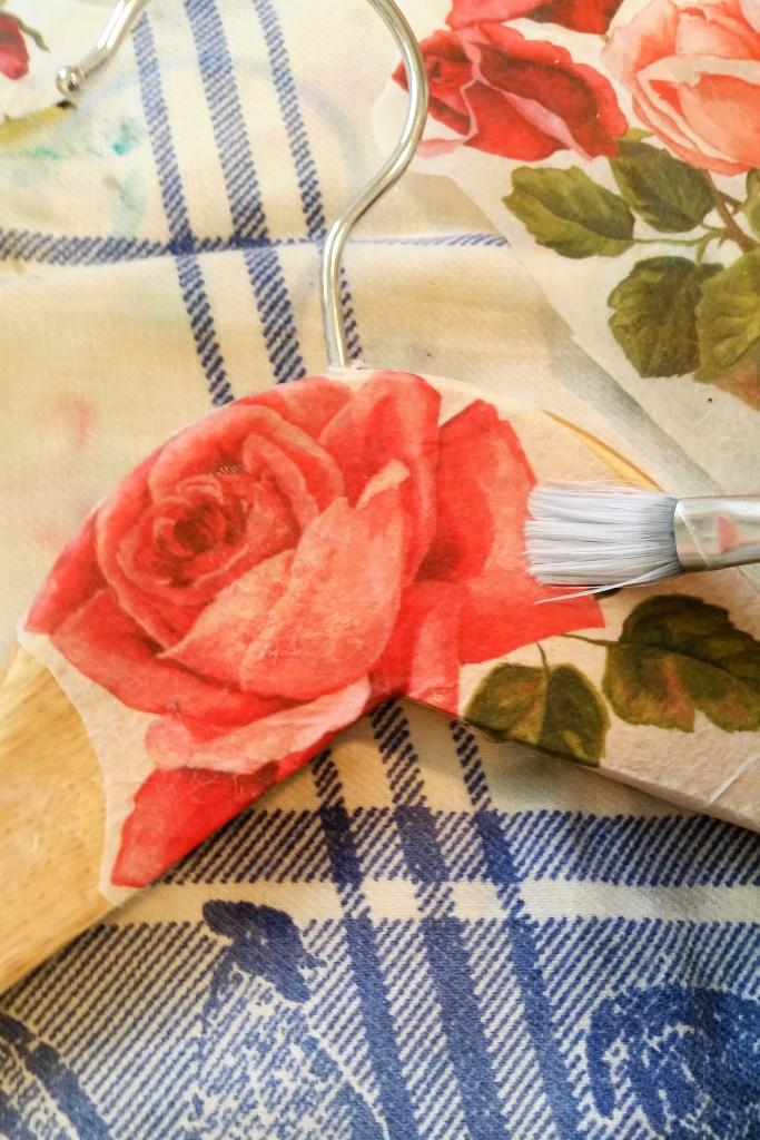 come decorare a mano una gruccia con il découpage