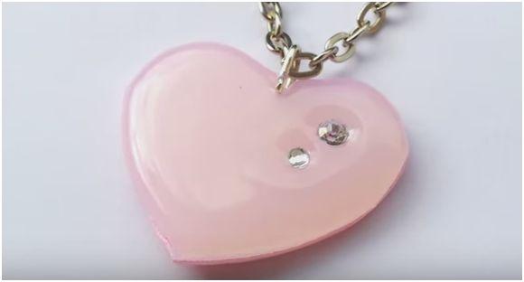 Come creare un ciondolo a forma di cuore con la colla a caldo